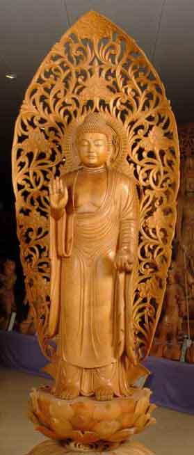 Đức Phật Dược Sư tay phải kết ấn Vô Úy, tay trái ôm bình thuốc