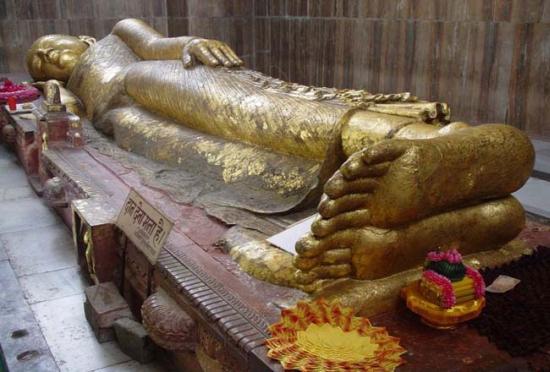 Tượng Phật Nhập Niết Bàn bên trong chùa Đại Bát Niết Bàn tại thành Câu Thi Na | The Lying Statue of the Buddha inside the Mahaparinirvana Temple.