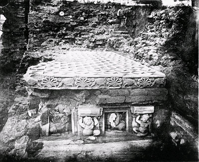 Tòa Kim Cang ở giữa cây Bồ Đề và đền Bồ Đề được vua A Dục xây dựng vào khoảng thế kỷ thứ 3 sau Công nguyên - Vajrasana [ Diamond Throne ] between Bodhi tree and Mahabodhi temple - the Diamond throne, built by Ashoka c.250 BCE