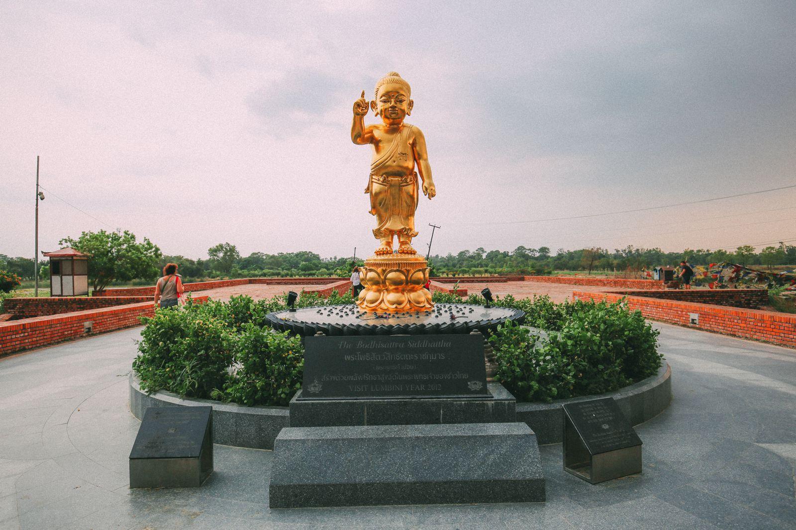 Tượng Phật Thích Ca đản sanh ở phía Bắc của vườn Lâm Tỳ Ni, ở phía trước khi vào dấu tích khu tự viện cổ | Statue of Baby Buddha on the northern side of the Sacred Garden, before entering the monastic zone.